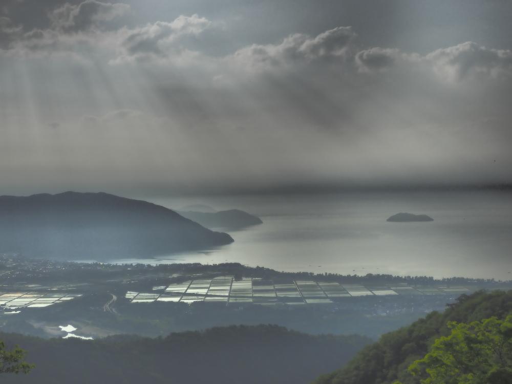 クリックすると拡大できます→◎琵琶湖に降り注ぐ光芒